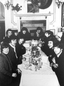 * Битлз и Moody Blues (куда уже тогда перешёл Денни Лейн) расслабляются в ресторане во время совместного декабрьского тура по Англии (1965 г.). Денни сидит возле Ринго, кстати, а за ним сидит тогдашний водитель Битлз Alf Bicknell.