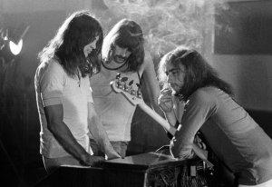 Но вернемся в 1970 год. Когда все вернулись из паба (полные виски с колой) Ричи и Роджер сыграли эту идею остальными членами группы. Джон так вспоминал этот момент: «Ричи и Роджер начали играть риф, как в песне Рика Нельсона, без остановки, снова и снова, а затем кто-то сказал (я не знаю кто, возможно, это был я, но Бог его знает, кто это был) почему бы нам не прерывать его барабанными брейками? И Пейси сказал: «Да, я могу сыграть вот так» и сыграл невероятный брейк. Это было то, что надо, чисто Пейси.»