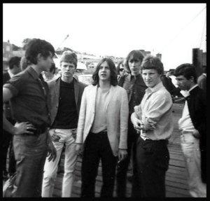 Фил Мэй с группой фанов в 1965 году. Знатоки истории рока наверняка узнают в числе почитателей Фила и другие, ставшие знакомыми позже, лица...