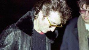 8 декабря 1980 16:00. Джон подписывает пластинку Марку Чэпмену.