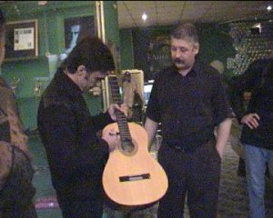 Это 2004 в САБС приехал В.Бутусов, по дружески поддержать, мы попросили расписаться на гитаре,ее потом передали Битлзклубу,в знак того,что  HDNP тоже Фирма,веников не вяжет.