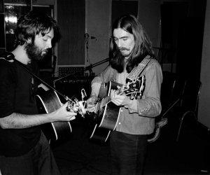В честь Дня рождения Пола сегодня в Твиттере Джорджа Харрисона была опубликована невиданная ранее фотография Пола и Джорджа.