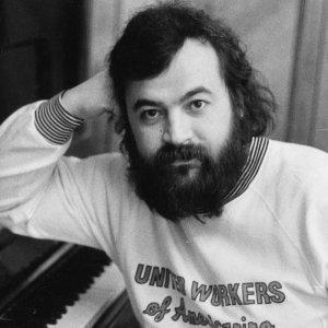 Умер автор песни «На заре» группы «Альянс» Скончался автор главного хита группы «Альянс» «На заре» Олег Парастаев. Музыкант умер в возрасте 61 года у себя на даче, предположительно, от сердечных проблем.
