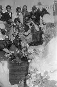 Michael Cooper, Brian Jones (w. camera), Maharishi Mahesh Yogi. Concertgebouw Amsterdam (NL), 1 Sept. 1967.