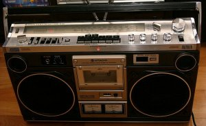 Сейчас очень модно иметь в интерьера кассетный магнитофон 70-80-х годов.
