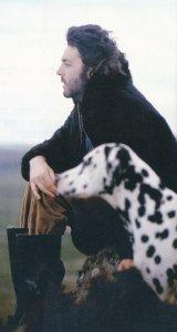 Собака и какой-то мужчина. Наверно друг.