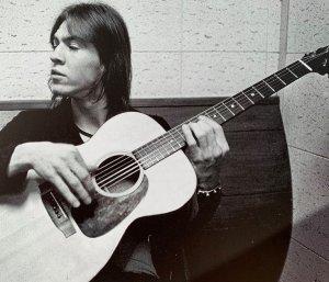 Звёздная карьера Стиви Рея могла начаться на 10 лет раньше, в 1973. На фото Стиви 19 лет, он в знаменитой Sunset Sound (Лос-Анджелес) участвует в записи альбома для крупного лейбла A&M. Альбом – не сольник Стиви. Сейчас он лид/гитарист прилично раскрученного певца/гитариста по имени Mark Benno.