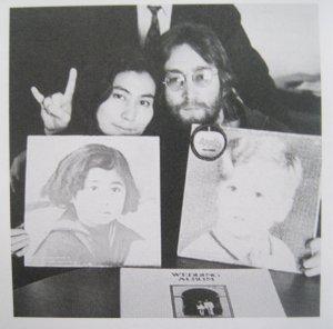 Фото The Beatles с различным винилом.
