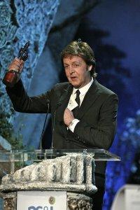 3 мая 2007 г. Лондон Пол МакКартни на сцене принимает награду Classical Brit Awards.