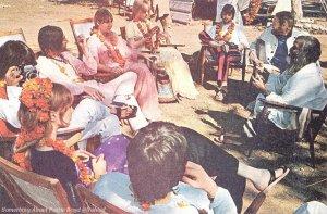 «Битлз» отдыхают в тени с Махариши, ожидая, пока фотограф закончит создание группового портрета всех студентов в ашраме Ришикеша. (По часовой стрелке снизу) Пол, Пэтти, Джордж, Джон, Синтия, Морин, Ринго, Майк Лав и Махариши.
