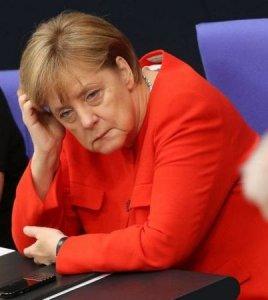 В молчании стояла Люция Францевна Пферд, фиолетовые химические морщины лежали на властном лице ответственной квартиросъемщицы