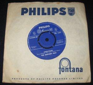 Интересный сингл недавно попался, вообще то раньше эту вещь пела Эдита Пьеха а я даже не знал в то время, что это кавер на одну из вещей американской группы The Brothers Four. Ну и разумеется в советском варианте слова были совсем другие.