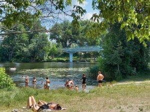 а в городе где ни одного пляжа нормального не осталось все равно народу у реки , не пугает ни палочка ни вирусы усякие...