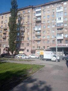 Весело, я считаю. 8 этажей слева, 10 справа)))