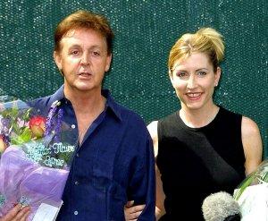 27 июля 2001, Сент-Джонс-Вуд, Лондон. Пол Маккартни и Хизер Миллс объявляют о помолвке.