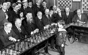 8-летний Самуэль Решевский, будущий известный гроссмейстер, с легкостью побеждает старших шахматистов. Франция, 1920 год.