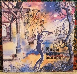 Квинтет Quella Vecchia Locanda (Та самая старая гостиница) появился примерно в 1970 году. Примеры их первых поп-опусов можно услышать разве что только на сборнике Progressive Voyage и концертнике, записанном в конце 1971 года, который вышел на диске на лейбле Mellow. Концертник содержит 12 композиций, большинство из которых - это кавер-версии английских и американских рок-песен, но кроме них там есть и три собственных пьесы, которые, год спустя, войдут на дебютный альбом коллектива. Несмотря на то, что изначально запись производилась на кассету, качество записи вполне хорошее.