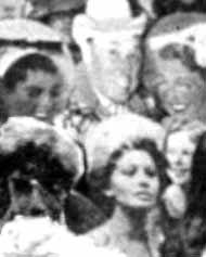 Решил, что наверное к месту будет привести фото декораций, на которых сохранились персонажи, позднее по различным причинам не попавшие в конечный результат. Начну с вполне узнаваемой Софии Лорен, а слева от нее какой-то мужичок (из книги G. Martin The summer  of love)