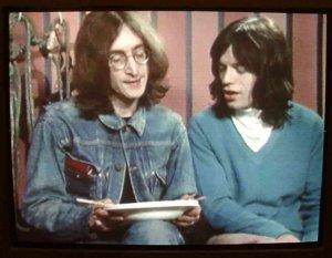 Джаггер представляет Леннона с новой группой. Джон ест палочками лапшу, затем отдаёт недоеденную порцию Мику. Тот с благодарностью принимает.