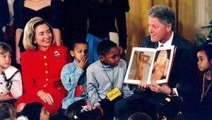 Сорок второй президент Соединенных Штатов Америки Билл Клинтон и его супруга Хиллари  Клинтон  читают детишкам главу про Paul McCartney и его учительницу из книги «Осколки неба» .  Комментарий я  взял из послесловия  ко второму изданию книги  - 5 октября 2004 года. Вот что написал Юлий Буркин Как бы комично не выглядела эта картинка, в ней есть и большой смысл.