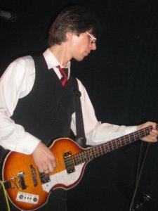Он же, играющий на скрипке.