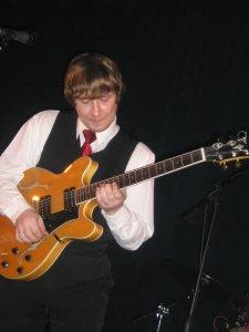 Он же на одной из этих гитар играет. (Есть кадр, где на другой, но я лучше его не буду вешать тут:))