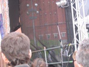 Пока выступала предыдущая группа, игравшая Ирландские песни, Битвины готовились справа от сцены.... но их было видно :)