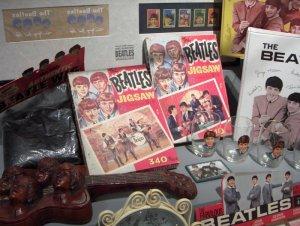 В еще одной комнате под тихо звучащие песни ПРО Битлз можно рассмотреть на витринах марки с Битлз, стаканы с Битлз, паззлы с Битлз...