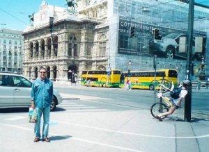 Мой дядя, снимок на память (справа совершенно случайно попал велосипедист)
