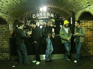 После концерта не очень уставшие, но очень довольные cavemen разошлись.... в бар.
