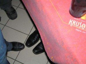 вот кто-то маленького роста и в больших ботинках стоит под столом :)