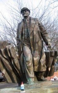 Оказывается проблемы с памятниками Ленина существуют не только у нас.
