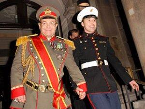 Элтон Джон отпраздновал 60-летие в Лондоне в форме царского генерала