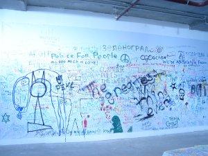 Вот эта стена.. надписи иногда узнаваемые :)см. например в правом углу 'Тема Стоунз' ))