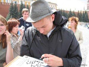 он чуть не испортил мою папку с рисунками!но то что он изобразил оказалось Собором Василия Блаженного