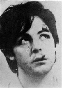 В 1966 году Пол раза два в аварию попадал. Причём, первый раз - во время записи Револьвера (вроде бы с мотоцикла навернулся) - зуб себе передний выбил. Без этого переднего зуба он в клипах Paperback Writer и Rain снимался (обратите внимание - это заметно), а когда поехал с Битлз в дальневосточное турне, вроде бы какую-то фиксу ему временную присобачили, но всё равно заметно, что что-то не то с его лицом.