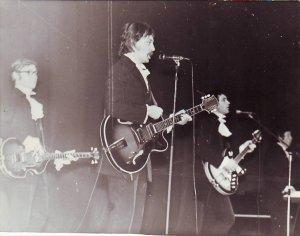 Это фото я тоже выкладывал на форуме о ЧГ, но с тем же плачевным результатом. На обороте читаю: 27 декабря 1972 года, киноконцертный зал Октябрь, Новый год с 1-ым медом. Тогда, я припоминаю, у Юры Будилова накануне родился сын, все об этом знали, у ребят было приподнятое настроение и их рок-опера Мир входящему прошла на ура. Особенно зал завелся на песне Я стою под окнами роддома. Не знаю правда ли это, но они уверяли, что спели-таки ее накануне молодой маме под окнами роддома (это зимой-то!). Для меня это было одним из их лучших выступлений-драйв был очень мощный. Впоследствие Юрин сын стал одним из лучших ди-джеев Москвы, работал на одной из радиостанций, слыл талантливым музыкантом. К сожалению, трагически погиб совсем молодым....