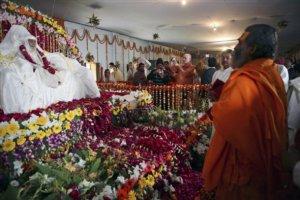 Hindu spiritual leader Shankaracharya Vasudevanand Saraswati, right, pays homage as the body of Maharishi Mahesh Yogi is seen at his ashram at Arail, in Allahabad, India, Sunday, Feb. 10, 2008. The body will be cremated at Sangam, the confluence of Rivers Ganges and Yamuna on Feb. 11.