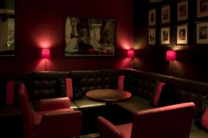 Hari's Bar На стене бара - индийское фото Ринго в исполнении Сальцмана.