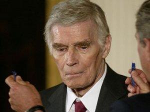 В субботу в своем доме в Беверли-Хиллс в возрасте 84 лет скончался легендарный голливудский актер Чарлтон Хестон, передает агентство France Presse.