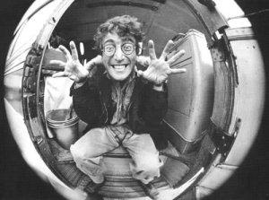 Джон:Ой,как меня плющит!Я такой крутой в этом зеркале.Меня прям колбасит от кайфа!