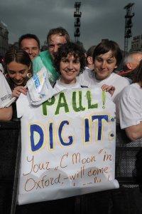 Вот эта фотография вчера, 15 июня на сайте фонда Пинчука на всех страницах была как фон. сегодня дизайн поменяли, в фотогалерее она первая. Блин, плакатик бесславно погиб под стеной дождя, но хоть фото осталось... авось, Пол увидит.