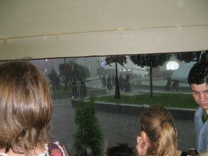 ...18.30 по киевскому времени. Милиционерам выдали плащи только после того, как смысла в них уже не было. Из Днепра выходят наверное более сухими. Но никто с поста не ушел...