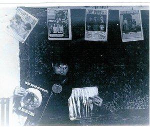 Перебирая свой архив, я обнаружил старое фото 1969 года, где я снят с дисками в руках и зубах , а на стене за мной висят 4 Британских музыкальных журнала той поры: *Disc*, *Record Mirror*, *Top Pops* и *New Musical Express* /где они сейчас и сколько бы стоили?\. И конечно, каждый их них был забит статьями и фотографиями о FAB4. Предлагая эту тему, я думаю, что это будет интересно - за столько лет у каждого есть что показать и желательно сканы из своих коллекций \не с битловских сайтов\ и кратким описанием содержания>>