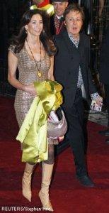 Экс-битл сэр Пол Маккартни со своей спутницей Нэнси Шевел прибыли на мировую премьеру комедии Рок-волна (The Boat that Rocked), состоявшуюся 23 марта 2009 в Лондоне.