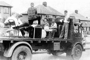 Сайт  Examiner.com  сообщает о том, что обнаружена неизвестная фотография группы Quarrymen, которая была сделана 22 июня 1957 года за две недели до того как Джон Леннон познакомился с Полом Маккартни. Авторство находки принадлежит участнику группы Роду Дэвису, который решил разобрать коллекцию черно-белых негативов, оставленную ему отцом.