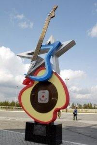 К сообщению об открытии в Екатеринбурге первого в России памятника группе The Beatles ревностно отнеслись многие жители северного города Когалым.