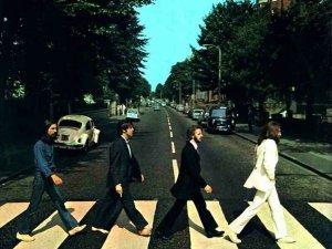 Историческому событию - сорокалетию выхода альбома Abbey Road (Аббатская дорога) легендарной группы The Beatles - посвящен концерт белорусских рок-исполнителей. Лучшие песни британской группы прозвучат в исполнении истинных битломанов 26 сентября со сцены минского дворца культуры МТЗ. Об этом сообщил организатор концерта Юрий Решетников.  26 сентября 1969 года The Beatles выпустили одну из лучших пластинок в истории рок-музыки - Abbey Road, - рассказал он. - Практически все песни альбома со временем стали хитами: Come Together (Приходите вместе), Something (Что-то), Oh, Darling! (О, любимая!) - эти композиции не только из юбилейного альбома группы можно будет услышать на концерте, которым белорусские поклонники The Beatles ознаменуют круглую дату существования популярных по сей день песен.   Свою любовь к английской группе наглядно продемонстрирует  коллектив Flat , который, по мнению Юрия Решетникова, является лучшей группой а-ля Битлз в Беларуси. Два года назад флэтовцы побывали на родине знаменитых британцев - в Ливерпуле, где приняли участие в самом масштабном битловском фестивале Beatles Week и стали первой группой, выступившей на этом престижном конкурсе от Беларуси.  Творческий синтез представят на концерте  Игорь Волков и группа Столица.  Игорь Волков - отличный гитарист, неоднократный обладатель приза зрительских симпатий фестиваля Грифомания, - отметил Юрий Решетников. К юбилею альбома он совместно с группой Столица готовит получасовую программу. Из альбома Abbey Road Игорь выбрал две песни - Carry That Weight (Неси эту тяжесть) и Something (Что-то). Кроме того, битломаны смогут насладиться его версией популярной песни And I Love Her (И я люблю ее).   Группа Zombie Zoo , играющая классику рока, исполнит три композиции из своего любимого альбома - Oh, Darling (О любимая), Come Together (Приходите вместе) и Golden Slumbers (Золотистые сны).  Самые молодые участники концерта,  дуэт Apples , в репертуаре которого только песни The Beatles, замахнулись на самую 
