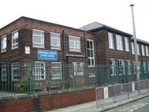 Возле начальной школы в Ливерпуле, в которой учились Джон Леннон и Джордж Харрисон, появился знак, запрещающий вести фотосъемку. Об этом 21 января пишет британская  The Daily Telegraph . Руководство школы объяснило запрет заботой о безопасности учеников.
