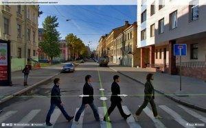 Помните обложку альбома The Beatles «Abbey Road»? Четверым петербуржцам удалось повторить сюжет самой известной фотографии битлов именно в тот момент, когда мимо проезжала машина компании «Яндекс», снимавшая панорамы города для сервиса «Яндекс. Карты».